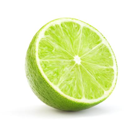 einzelne Scheibe reife grüne Limette auf weißem Hintergrund