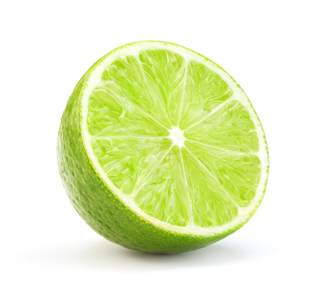 Una sola rodaja de limón verde maduro aislado sobre fondo blanco.