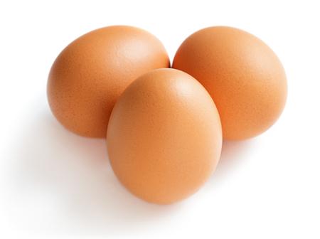 Conjunto de huevo de gallina aislado sobre fondo blanco.