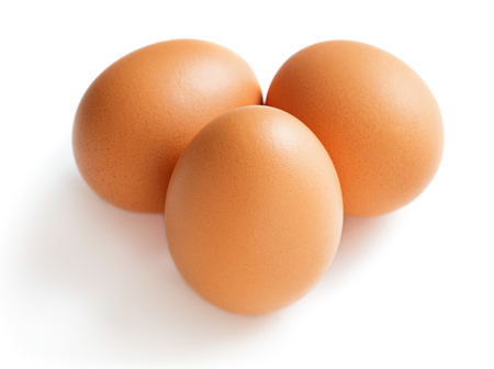set di uova di gallina isolati su sfondo bianco