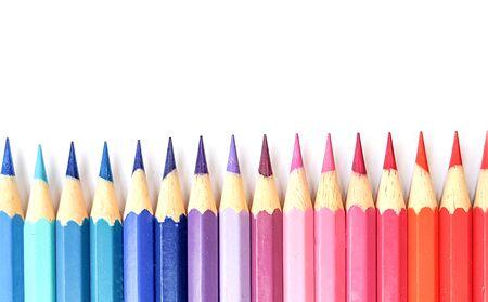 Lápices de colores aislados sobre fondo blanco de cerca con trazado de recorte. Lápices de colores hermosos. Lápices de colores para dibujar Lápiz de color arco iris y se utiliza como fondo.
