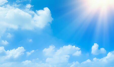 ciel bleu avec de beaux nuages blancs naturels