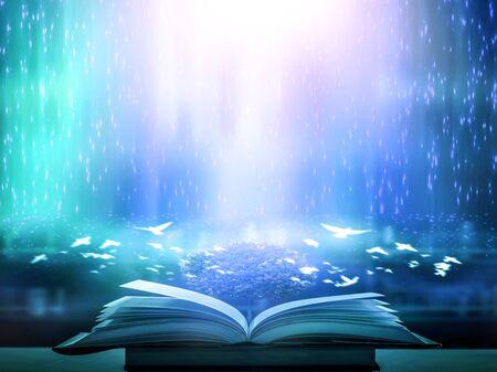 Das verschwommene Buch, das von Magie verzaubert ist, das magische Licht im Dunkeln, mit dem hellen Licht, das als die Kraft, nach Wissen zu suchen, nach unten scheint. Für Forschung und Verwendung als unscharfer Hintergrund Standard-Bild