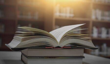 Pile de livres dans la bibliothèque et flou fond d'étagère