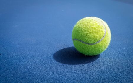 Close-up shots of tennis balls on a blue background field 版權商用圖片