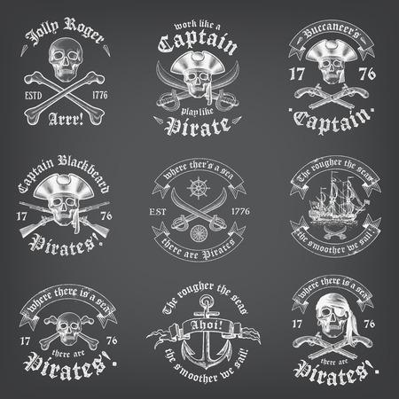 calavera pirata: Cráneo de mirada del pirata del vintage Logos y insignias en un fondo de pizarra