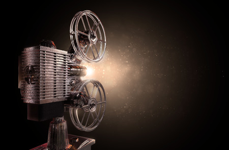 Cine: ilustraci�n de un viejo proyector de pel�culas, fondo de part�culas de polvo Foto de archivo