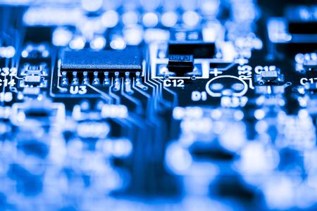 Resumen, Cerca de los circuitos electrónicos, vemos la tecnología de la placa base, que es el fondo importante de la computadora. (placa lógica, placa madre de la CPU, placa principal, placa del sistema, mobo) Foto de archivo - 84784596