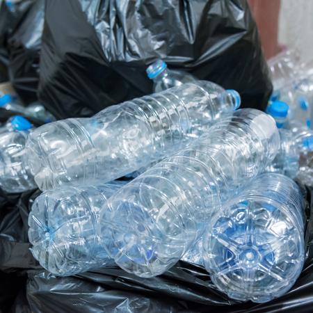 ペットボトル リサイクルに取られるを待っている黒いゴミ袋で。