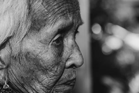 La anciana se siente sola. , ella es una mujer mayor en la familia y los ancianos. Foto de archivo