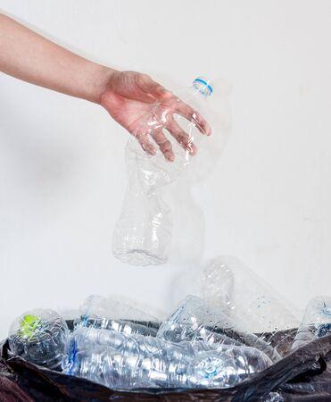 リサイクルに連れて行かれるのを待っている黒いゴミ袋のペットボトル。