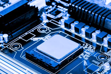 Resumen, cerca de la placa base de fondo de la computadora electrónica. (placa lógica, placa base de la CPU, placa principal, placa del sistema, mobo)