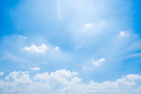 jasne tło błękitnego nieba, chmury z tłem.