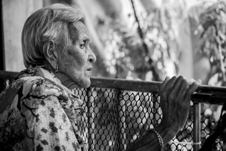Die alte Frau fühlt sich einsam. (Demenz und Alzheimer)