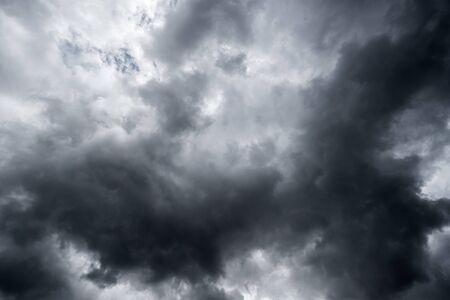 dunkle Gewitterwolken mit Hintergrund, dunkle Wolken vor einem Gewitter.