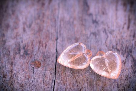corazon cristal: Crystal coraz�n en la mesa de madera en estilo vintage