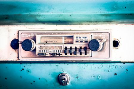 Oude radio in vintage auto