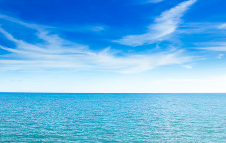 mar azul y el cielo azul claro