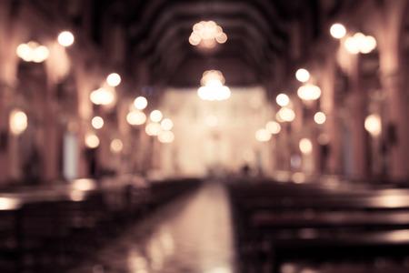 ビンテージ フィルターの背景の教会内部の写真がぼけてます。