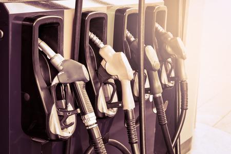 bomba de gasolina: Boquillas de la bomba de gas en la estación de servicio, filtro de la vendimia
