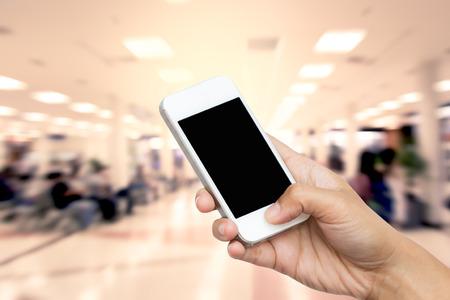 Frau Hand halten Smartphone, Tablet, Handy auf unscharfen des Lebensstils bei Wartestuhl Zone in Flughafen Hintergrund Standard-Bild - 41686985