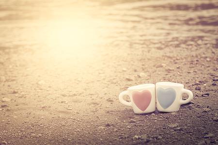 twee mooie glas op zand van het meer in vintage kleurtoon