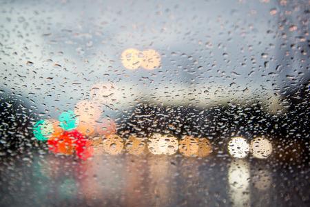 Verschwommenes Bild der Verkehrsansicht durch eine Windschutzscheibe im regen bedeckt Standard-Bild - 41686944