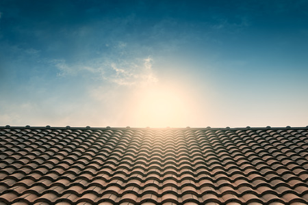 rode tegel dak blauwe lucht, vintage filter