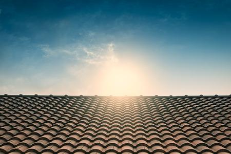 Roten Ziegeldach blauer Himmel, Vintage-Filter Standard-Bild - 41686948