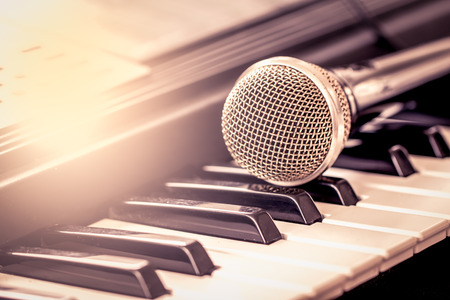 Klassieke microfoon op het toetsenbord in vintage kleurtoon Stockfoto - 42498487