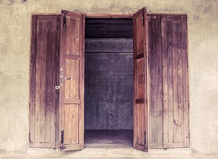 Vintage porte en bois ouverte