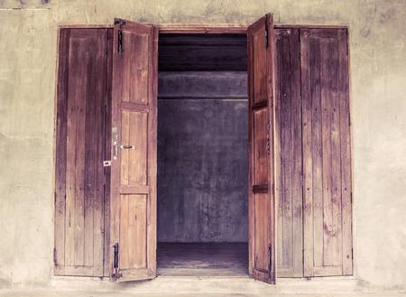 puertas de madera: Vintage puerta de madera abierta Foto de archivo