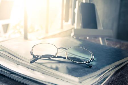 color in: gafas en la revista en el tono del color de la vendimia Foto de archivo