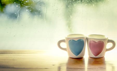 twee mooie glazen op regenachtige dag venster achtergrond in vintage kleurtoon