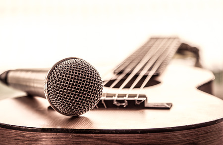 Microphone on acoustic guitar in vintage color tone Stockfoto