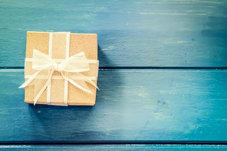 fondos azules: Caja de regalo en la mesa de madera azul, filtro de la vendimia