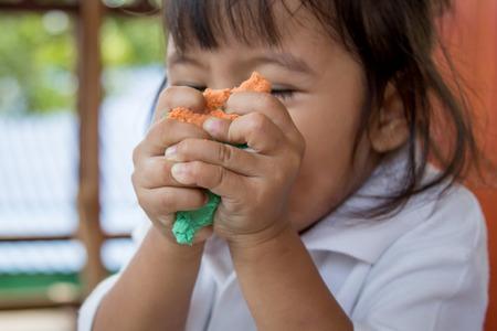 Kind schattig klein meisje spelen met klei, play doh, vintage kleurenfilter