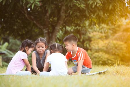 幸せな子どもの遊びと一緒に楽しい夏に屋外