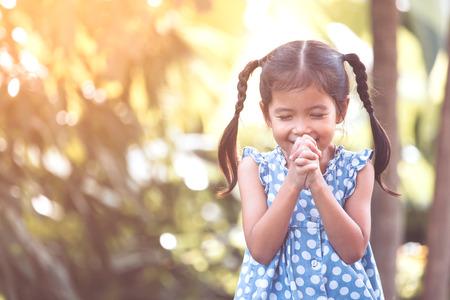믿음, 영성 및 종교 개념에 대 한 그녀의 손을 접혀와기도 귀여운 아시아 작은 아이 소녀