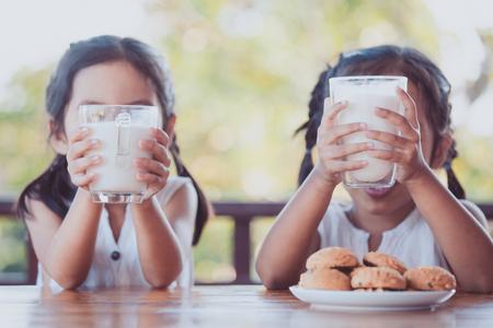 Dois, cute, asiático, criança pequena, meninas, copo segurando, de, leite, para, café da manhã, junto, com, felicidade
