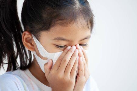Süßes asiatisches Kindermädchen mit Schutzmaske gegen Luftsmogverschmutzung mit PM 2,5, Antismog und Viren. Luftverschmutzung und Umweltkonzept.