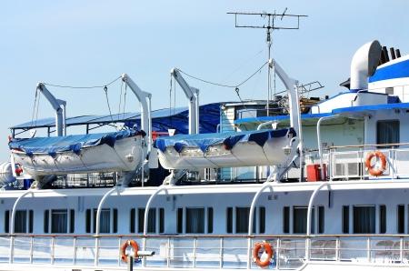 signalering: Uitzicht op het cruiseschip dek met de middelen van communicatie, signalering en redding Stockfoto
