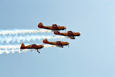 Perform aerobatics by the aircraft team at the airshow