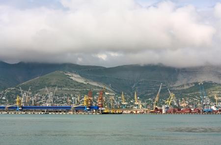 literas: Vista de los muelles del puerto de mar con el equipo de manejo de materiales y los buques de carga anclado