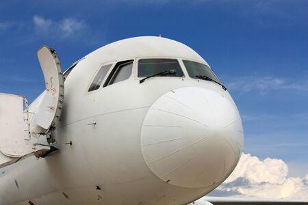 aviones pasajeros: Cockpit y la puerta delantera del avi�n de pasajeros grande Foto de archivo