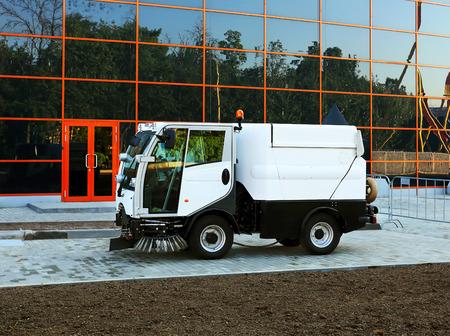 Kompakte Kehrmaschine für die Reinigung von Fußgängerzonen Standard-Bild