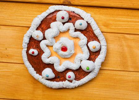 weihnachtskuchen: Dekoration in Form von Kuchen mit Sahne und Beeren auf die Holzwand Lizenzfreie Bilder