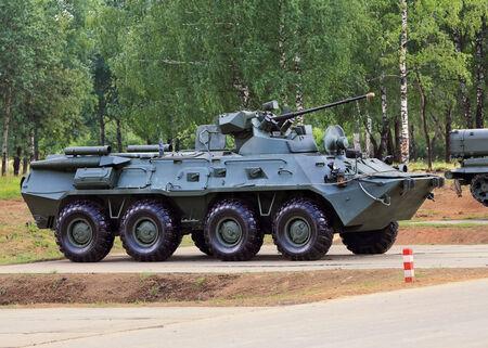 milimetr: Opancerzony pojazd do transportu infantery z armaty 30 milimetrów i karabin maszynowy Zdjęcie Seryjne