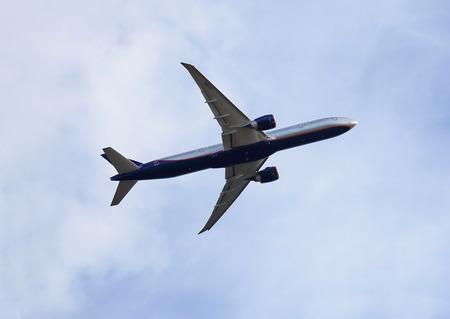 takeoff: Grande aereo passeggeri guadagnando quota dopo il decollo