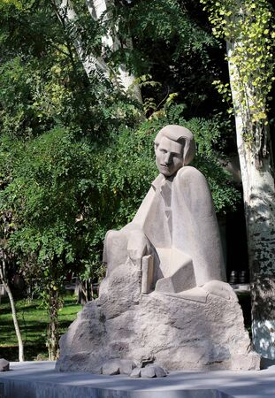 granit: Monument from white granit depicting a sitting man